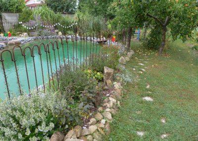 Steckzaun als Kindersicherung vor dem Teich