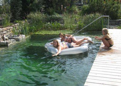 Schlauchboot im Schwimmteich